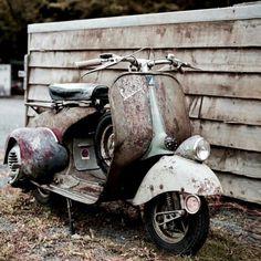 Rusty Vespa Piaggio Vespa, Lambretta Scooter, Scooter Motorcycle, Retro Motorcycle, Motor Cafe Racer, Vespa Motor Scooters, Vespa Vintage, Vespa Sprint, Classic Vespa