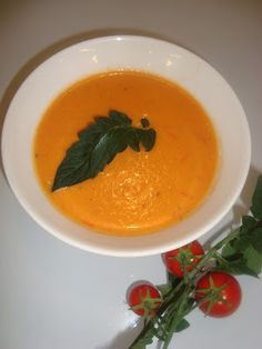 Vuohenjuusto tomaattikeitto Thai Red Curry, Baking, Ethnic Recipes, Soups, Food, Bakken, Soup, Meals, Backen