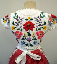 Kalocsa folk costume, back of blouse, Hungary Chain Stitch Embroidery, Embroidery Stitches, Embroidery Patterns, Hungarian Embroidery, Folk Embroidery, Floral Embroidery, Embroidery For Beginners, Embroidery Techniques, Stitch Head
