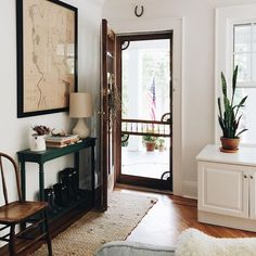 Solutions for a Small Entry or a Non-Existent Entry Do you have a small entry or no entry at all in your home? This post will give you lots of inspiration for making the most of a small entry area. Small Entry, Narrow Entryway, Door Entryway, Entryway Ideas, Entry Foyer, Decor Scandinavian, Rustic Chair, Living Spaces, Living Room