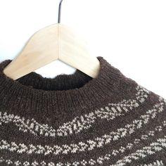 Cada día parece más y más un jersey. Las mangas ya están separadas y ahora es el momento de darle longitud al cuerpo  . #lana #lanas #yarn #wool #the_twigs_pattern #junkookamoto #testknit #punto #tricot #tejer #knit #knitting #knitlife #ohlanas #lanasconhistoria