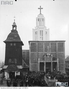 Widok zewnętrzny kościoła.Sprowadzenie dzwonów do kościoła św. Stanisława Kostki w Krakowie na Dębnikach