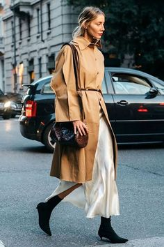 Do understated chic in a trench coat The conservative beige mac is undergoing a street style revival. Wear yours with a pale silk slip and spiky ankle boots. Street Style Trends, Look Street Style, Street Chic, Looks Chic, Looks Style, Look Fashion, Fashion Outfits, Fashion Trends, Fashion Black