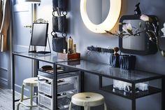 Kleine items als een wimperkruller en haarspeldjes hang je makkelijk aan een magneetlijst. | IKEA IKEAnl IKEAnederland badkamer inspiratie wooninspiratie opruimen opbergen slimme oplossing tips howtostyle styling