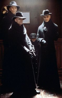 Richard O'Brien and Bruce Spence in the respective roles of Mister Hand and Mister Wall for the 1998 film Dark City. Dark City, Jennifer Connelly, Sci Fi Movies, Movie Tv, Cult Movies, Horror Movies, Bruce Spence, Film Science Fiction, World Of Darkness