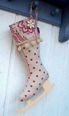 Botte de Noël Christmas Makes, Noel Christmas, Victorian Christmas, Christmas Items, Handmade Christmas, Christmas Stocking Pattern, Christmas Sewing, Xmas Stockings, Xmas Decorations
