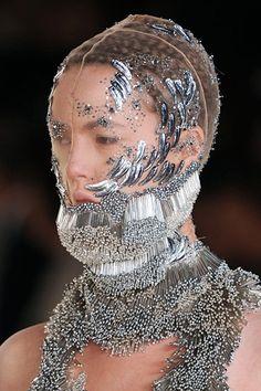 Details of Alexander McQueen Spring 2012 Collection Look Fashion, Fashion Details, Fashion Art, Fashion Design, Couture Fashion, Alexander Mcqueen, Bijoux Design, Mode Inspiration, Headgear