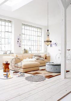 Kronleuchter im Wohnzimmer #dielenboden #kronleuchter #grauerhocker #zimmergestaltung ©Impressionen
