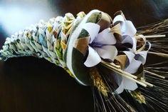 Cornucopia per la festa della mamma...intreccio con carta di giornale e fiori origami...