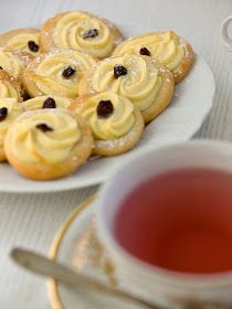 Pradobroty: Linecké koláčky s tvarohem Sweet Desserts, Sweet Recipes, Cake Recipes, Snack Recipes, Cooking Recipes, A Food, Food And Drink, Czech Recipes, Mini Cheesecakes