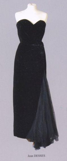 Robe longue bustier en velours noir et tulle plumetis. Griffée Jean DESSES N° de collection: 5539. Circa 1945, 1950. Robe ayant appartenue à Suzy Delair