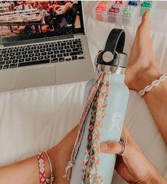 who has a hydroflask💘? ——————————————————— don't mind tags⤵️ Summer Bracelets, Cute Bracelets, Loom Bracelets, Macrame Bracelets, Friendship Bracelets Tutorial, Diy Friendship Bracelets Patterns, Vsco, Macrame Bracelet Tutorial, Estilo Hippie