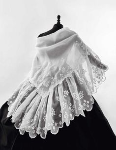 Large double-point embroidered shawl and a large flounce 1850s Fashion, Victorian Fashion, Vintage Fashion, Vintage Outfits, Vintage Dresses, Historical Costume, Historical Clothing, Forest Fashion, Civil War Dress