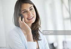 Photo : Smiling woman talking on cell phone