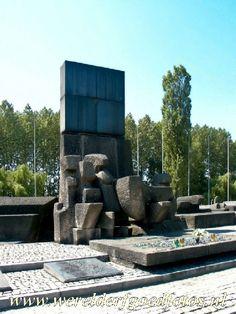 Auschwitz-Birkenau: Monument, eromheen van elk land, waar slachtoffers vandaan kwamen, een gedenksteen, ieder land heeft een gedenksteen in zijn eigen taal.