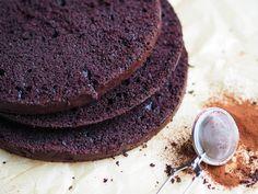 Helppo Mehevä Suklaakakku (myös gluteeniton ja vegaaninen) on perinteinen suklaakakkuresepti, jonka leivot kätevästi myös gluteenittomana ja vegaanisena.