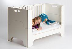 Minimalmaxi, ein modulares Kinderbett. Ein Bett 4-in-1 von 0-9, das schrittweise mit dem Kind wächst vom Beistellbett bis zum Juniorbett.