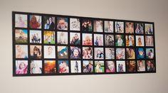 Seu mural deverá ficar como na foto acima, com todas as fotos ordenadas da maneira que você escolheu e fixas com a fita dupla face. Para evitar que elas descolem com o tempo, o ideal é que você passe uma ou duas camadas de cola Mod Podge.