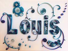 Tableau prénom quilling Louis bleu avec nounours. Réalisé par Les Loisirs Créatifs d'Eugénie avec la technique du quilling (papier roulé ou paperolles) https://www.creatifs-loisirs.com/