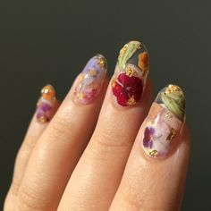Reusable Pressed Dried Flowers Press-On Nails (clear base + gold flake) - The most beautiful nail designs Cute Nail Art, Nail Art Diy, Diy Nails, Cute Nails, Flower Nail Designs, Best Nail Art Designs, Acrylic Nail Designs, Nail Design Stiletto, Nail Design Glitter