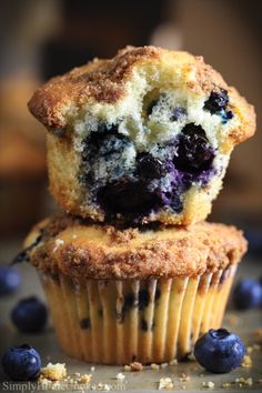 Best Blueberry Muffins This easy Blueberry Muffin recipe is to die for! They are super moist and fluffy. Topped with a cru Homemade Blueberry Muffins, Blueberry Desserts, Blueberry Muffin Recipes, Fluffy Muffins Recipe, Blueberry Muffins From Scratch, Blueberry Cupcakes, Healthy Muffin Recipes, Simple Muffin Recipe, Sweets