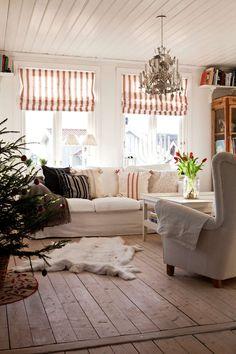Possibly for the wide wooden floors? also Scandinavian valances  -- MYSIG JUL VID HAVET: | L A N T L I V