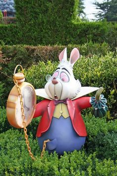 Disneyland Paris Alice in wonderland the white rabbit Alice In Wonderland Garden, Adventures In Wonderland, Wonderland Party, Elfen Tattoo, Lapin Art, Deco Disney, Disney Garden, Mad Hatter Tea, Disney Home