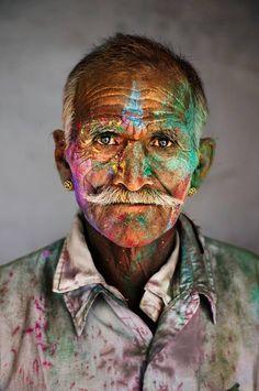 © Steve McCurry. Retrato realizado durante o festival Holi, índia.