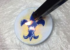 Passing a flame from a BBQ torch across the surface of the resin Diy Resin Art, Diy Resin Crafts, Uv Resin, Diy Resin River Table, Diy Hydro Dipping, Bbq Lighter, Pop Bubble, Diy Epoxy, Resin Jewelry