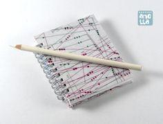 Libreta hecha a mano reciclando viejos patrones de costura de la revista «Patrones».