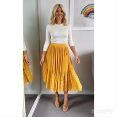 Holly Willoughby has made yet another style score with her outfit choice for Monday's This Morning show, opting for a Whistles skirt Yellow Skirt Outfits, Yellow Pleated Skirt, Pleated Skirt Outfit, Winter Skirt Outfit, Yellow Skirts, Outfit Summer, Work Fashion, Modest Fashion, Spring Fashion