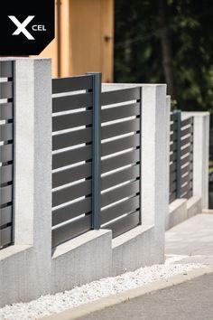 Modern fence with aluminum fencing panels in dark grey and plastered walls // Nowoczesne ogrodzenie aluminiowe z przęsłami w kolorze grafitowymi i prostymi tynkowanymi murkami Aluminum Fence, Modern Fence, Full Moon, Starters, Home Decor, Harvest Moon, Decoration Home, Room Decor, Interior Design