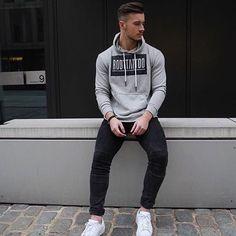 Moda descolada, moletom cinza estampado, calça skinny preta e tênis casual…