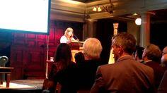 Eimear McBride leest voor uit haar boek 'Een meisje is maar half af' tijdens de lancering van Hollands Diep
