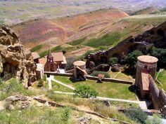 Blick auf das Einsiedlerkloster David Garedji in der Steppe