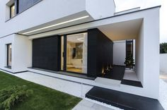 Architecture Great Two Tone Paint Idea Feat Modern Entryway Lighting And Flat House Roofing Design Engrossing Volume in Black and White Hue Mirrored by Romanian House Home Design, Modern House Design, Home Interior Design, Exterior Design, Interior And Exterior, Architecture Details, Interior Architecture, Entryway Lighting, Modern Entryway
