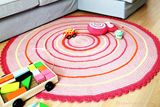 How To Make A Simple Round Crochet Rug - Zoom Yummy - Crochet, Food, Photography Easy Crochet Slippers, Crochet Slipper Pattern, Crochet Shoes, Crochet Patterns, Crochet Flip Flops, Easter Crochet, Crochet Food, Crochet Stitches For Beginners, Easter Egg Crafts