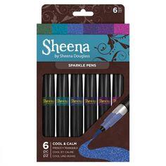Sheena Douglass Sparkle Pens – Cool & Calm Voeg een vleugje Creatieve Sparkle toe met deze fantastische glitter pennen van Sheena Douglass. Verkrijgbaar in een aantal trendy, seizoens gebonden kleuren die fijne glitter micro-pigment bevatten, en voorzien zijn van een flexibele nylon penseel punt voor nauwkeurige en sch