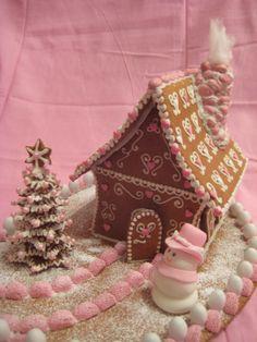 Piirsin itse kaavat suloiseen Prinsessan Alppimökkiin jossa sekä katto että seinät ovat kaarella. Alppimökeissä on ikkunaluukut ja luonnonkivistä muurattu savupiippu, niin myös tässä mökissä. Koristelussa käytin vain kahta väriä jotta mökistä tuli mahdollisimman prinsessainen. Pihassa oleva joulukuusi on rakennettu eri kokoisista tähdistä joiden välissä on piparipallot. Lumiukko on sokerimassasta. - by Marja -- Piparkakkutalo, Joulu, Gingerbread house, Christmas