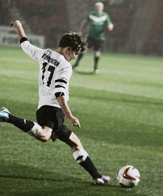Being a soccer player just made him like 10 times more attractive. Louis Tomlinson I love soccer Niall Horan, Zayn Malik, Louis Tomlinsom, Louis And Harry, Harry Harry, One Direction Pictures, I Love One Direction, Liam Payne, X Factor