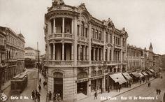 O postal n.º 1 da série retrata o edifício da Casa Lebre, localizado nas esquinas das ruas Direita e 15 de Novembro. A cúpula do lado direito, é da loja La Saison, localizado na esquina da Quintino Bocaiúva com a Direita. A torre do lado esquerdo é da Casa Paiva.