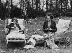 Princess Elizabeth (now Queen Elizabeth II, right) and her younger sister Princess Margaret Rose - knitting for the forces in the grounds of the Royal Lodge in Windsor Great Park, April (Photo by Lisa Sheridan/Studio Lisa/Hulton Archive/Getty Images) Elizabeth Ii, Princess Margaret, Margaret Rose, Art Du Fil, Knitting Humor, Knitting Club, Knitting Socks, Knit Art, Elisabeth