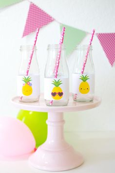 'Party like a Pineapple' Party Ideas + FREE printables Free E Invitations, Hawaii Party Decorations, Party Labels, Drink Labels, Pina Colada Cupcakes, Printable Water Bottle Labels, Flamingo, Kid Drinks, Water Party