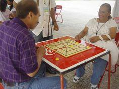 Pitarra: il gioco è originario della comunità Navajas, nel comune di El Marqués nello Stato di Querètaro. Si gioca tra due persone in una tavola con 12 pedine (gialle e rosse) per partecipante. La gara inizia dal giocatore con le pedine rosse; le tirate si alternano. Ogni giocatore posizionale le sue pedine una ad una nelle intersezioni delle linee con la intenzione di collocare 3 pedine nella linea retta orizzontale, verticale o diagonale, cioè terzine.