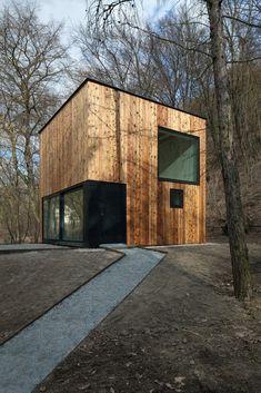 Zahradní domek je situován na pozemku usedlosti Konvářka vŠáreckém údolí. Jižní hranici parcely tvoří hranice lesa, přesněji severního zalesněného svahu navazujícího území pod obytným souborem Baba.Stavba zahradního domku je pojata jako dřevostavba kubického objemu 5 x 5 x 5 m. Objekt… Le Corbusier, House In The Woods, Shed, Exterior, Outdoor Structures, Landscape, Outdoor Decor, Wood Houses, Tiny Houses