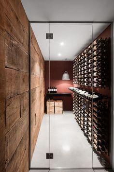 Weinkeller im Christophe Colomb Haus in Montreal Wine Cellar Design, Wine Design, Glass Wine Cellar, Cave A Vin Design, Wine Cellar Basement, Home Wine Cellars, Wine Display, Wine Wall, Wine Cabinets