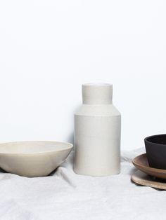 """Jarrita o salsera, como tu prefieras. Leche o vinagreta. Suave esmalte mate en el interior y gres chamotado en crudo en exterior. Hecha a mano en Barcelona para """"parament"""". Apto para lavavajillas y microondas . Small jug handmade in Barcelona . Ceramic jug."""