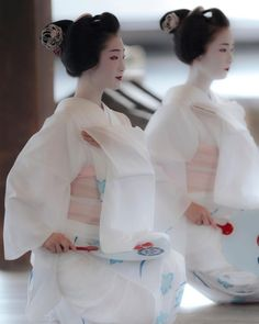 I love studying the geisha culture! Japanese Kimono, Japanese Girl, Japanese Beauty, Asian Beauty, Geisha Art, Memoirs Of A Geisha, Turning Japanese, Art Japonais, Japanese Characters