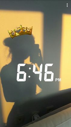 golden hour shadow picture with crown emoji and time Photos D'ombre, Artsy Photos, Ideas De Instagram Story, Creative Instagram Stories, Snapchat Picture, Instagram And Snapchat, Instagram Feed, Snap Streak, Cute Emoji Wallpaper