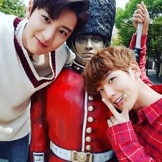근위병님과✌ @baekhyunee_exo #백현이손멀쩡하니 #chanbaek is real.#exo